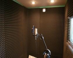 Акустическая коррекция студии звукозаписи панелями из акустического поролона и бас-ловушками