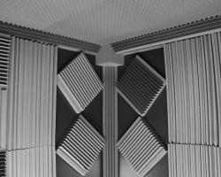Звукоизоляция потолка, стен и пола и акустическая коррекция студии звукозаписи панелями из акустического поролона и звукоизоляционным материалом macsound prof