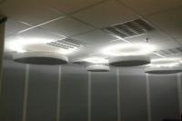 Акустическая коррекция офисного помещения акустическими панелями в форме круга