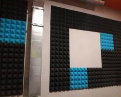 Акустический дизайн и акустическая коррекция конференц-зала разноцветным акустическим поролоном Пирамида