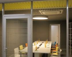 Акустический дизайн и акустическая коррекция переговорных комнат разноцветным акустическим поролоном Пирамида и диффузорами