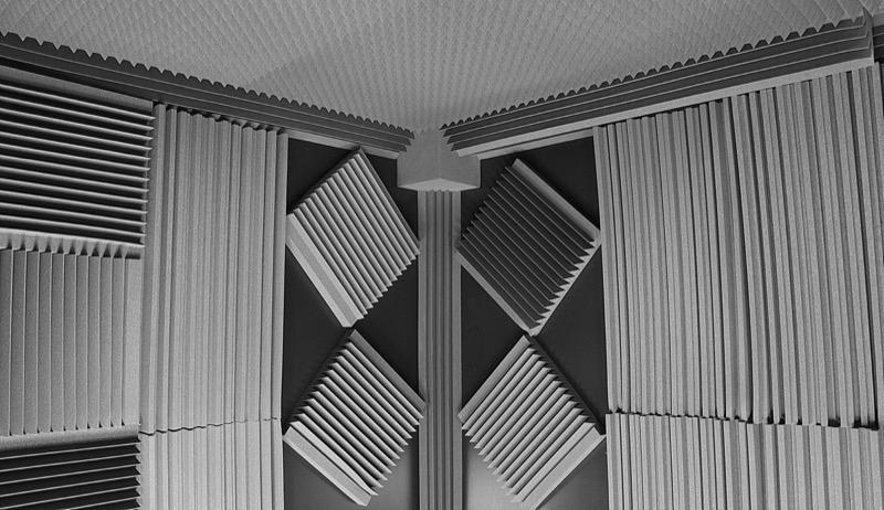 Звукоизоляция для студии звукозаписи акустическими панелями и бас-ловушками из поролона