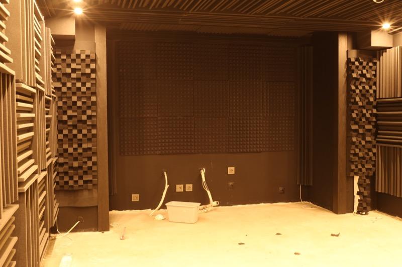 Звукоизоляция домашнего кинотеатра акустическими панелями и бас-ловушками из поролона