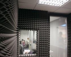 Акустическая коррекция комнаты телеканала акустическим поролоном Пирамида