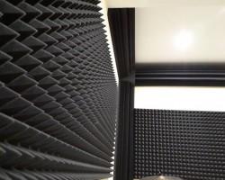 Акустический дизайн и акустическая коррекция студии акустическим поролоном Пирамида и бас-ловушками