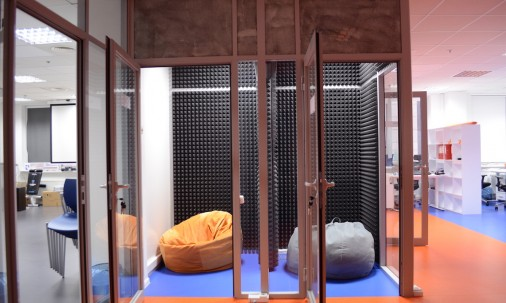 Пример применения Панель из акустического поролона Ecosound Manhattan mini. 100 мм 0,6мх0,6м Цвет черный графит